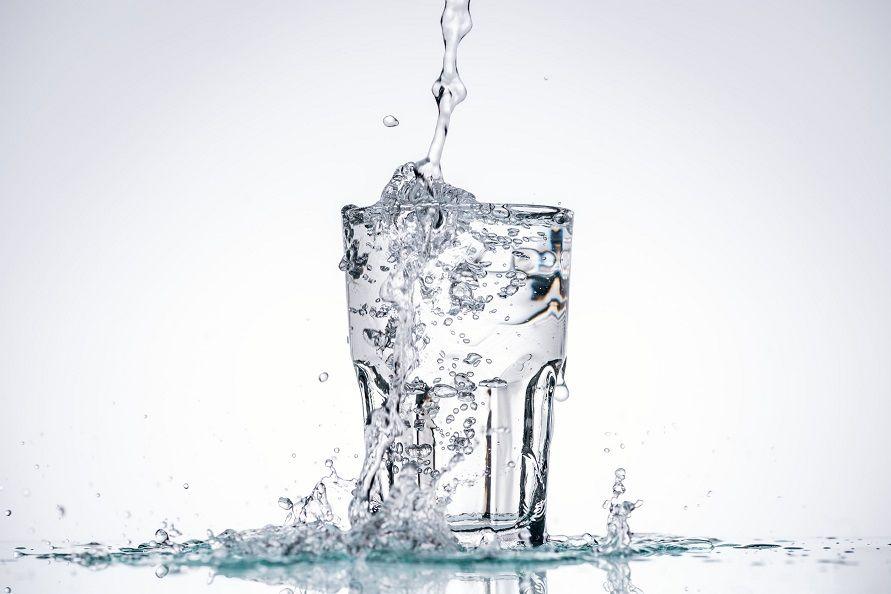 Minum air putih lebih teratur dianggap sebagai cara mengeluarkan batu ginjal secara alami