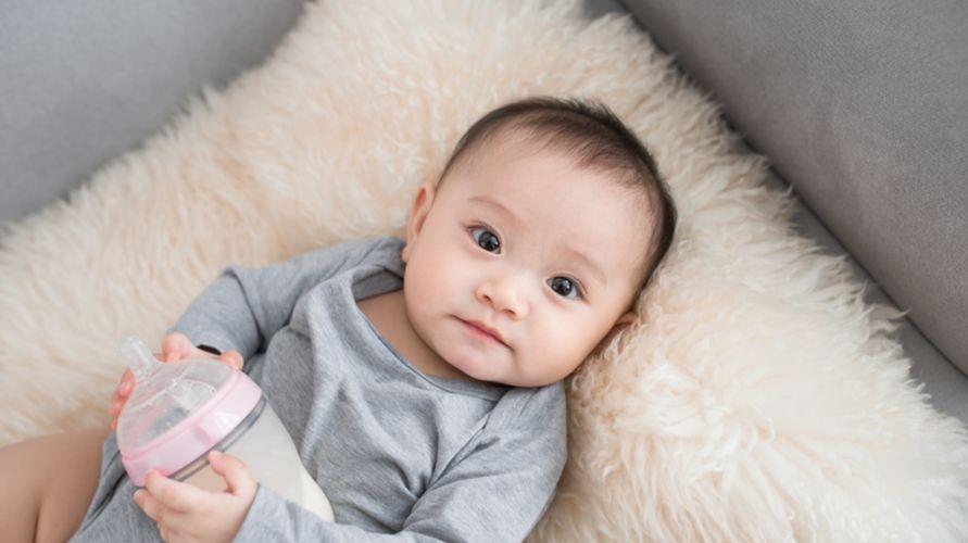 Menyisir rambut bayi adalah cara cepat menumbuhkan rambut bayi