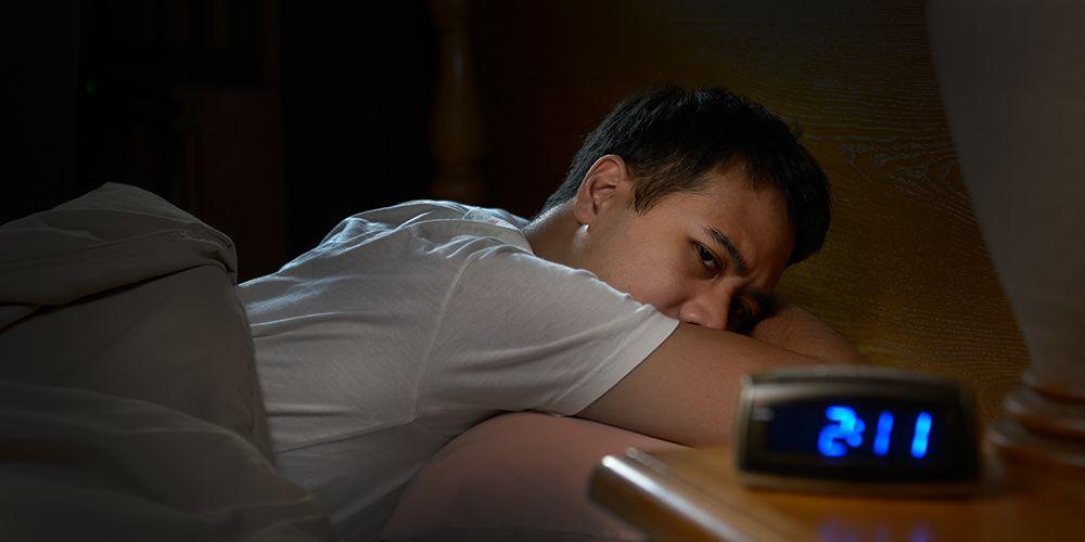 Cara memperbaiki pola tidur dapat dimulai dengan mematikan lampu di kamar