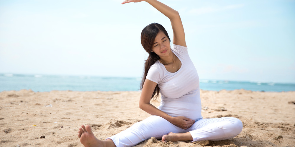 Yoga adalah olahraga ringan yang bisa dijadikan cara mengatasi sesak napas saat hamil