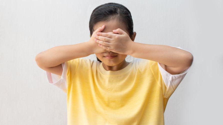 Anak pemalu merasa sulit berinteraksi sosial dengan teman sebayanya