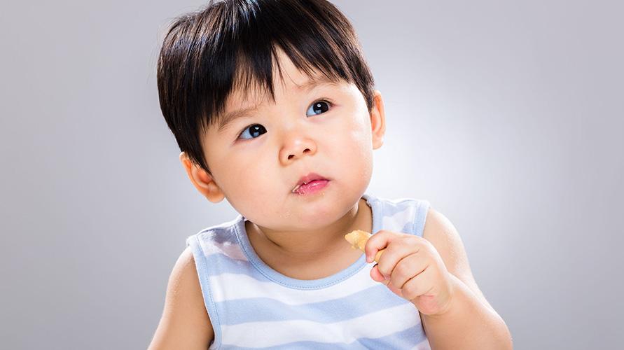 Bawa cemilan bayi setiap kali bepergian agar tantrum pada bayi bisa dicegah