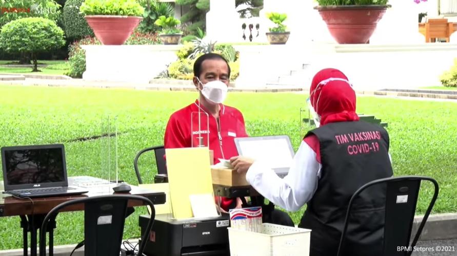 Jokowi saat disuntik vaksin corona dosis kedua