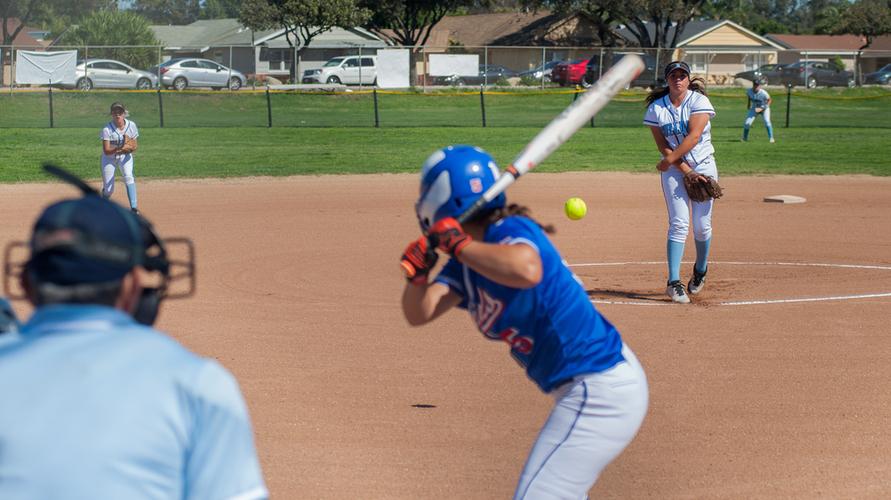 Softball adalah contoh permainan bola kecil
