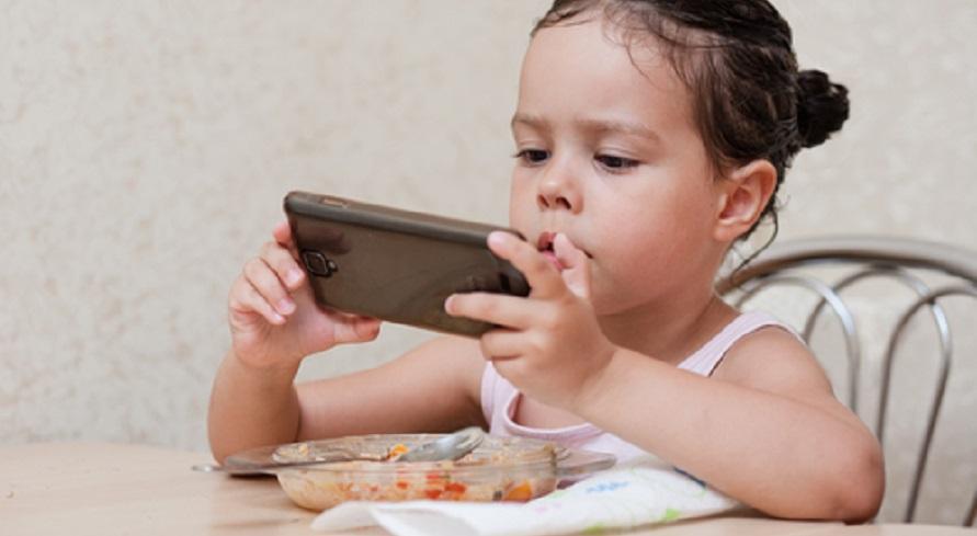 Jika anak tidak mau makan nasi, mungkin karena ia terdistraksi dengan ponsel atau smartphone