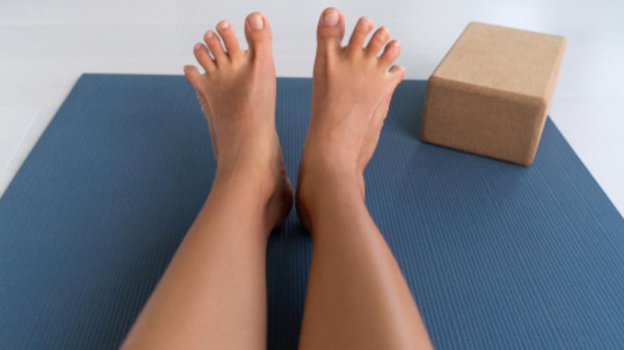 Meregangkan seluruh jari-jari kaki adalah cara efektif untuk melatih otot kaki