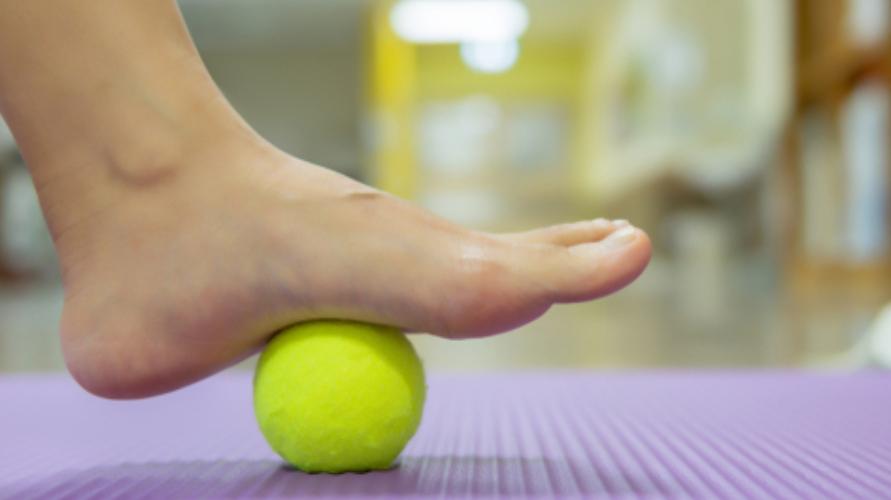 Menggelindingkan bola tenis dengan kaki merupakan cara untuk melatih otot kaki