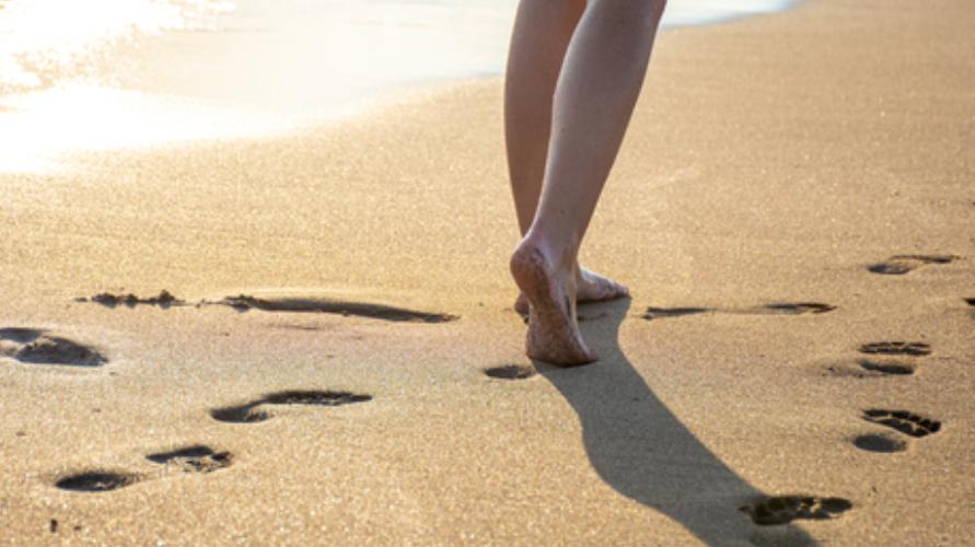Berjalan di atas pasir juga merupakan bentuk olahraga kaki