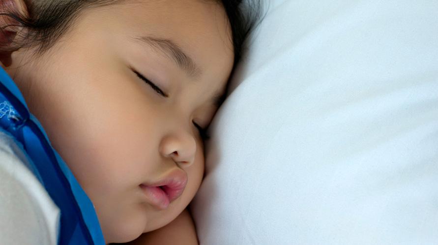 Posisi tidur bayi yang miring meningkatkan risiko kematian mendadak dan nyeri leher