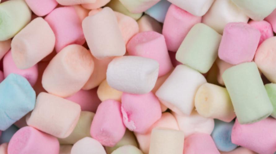 Camilan marshmallow berwarna-warni yang bertekstur kenyal
