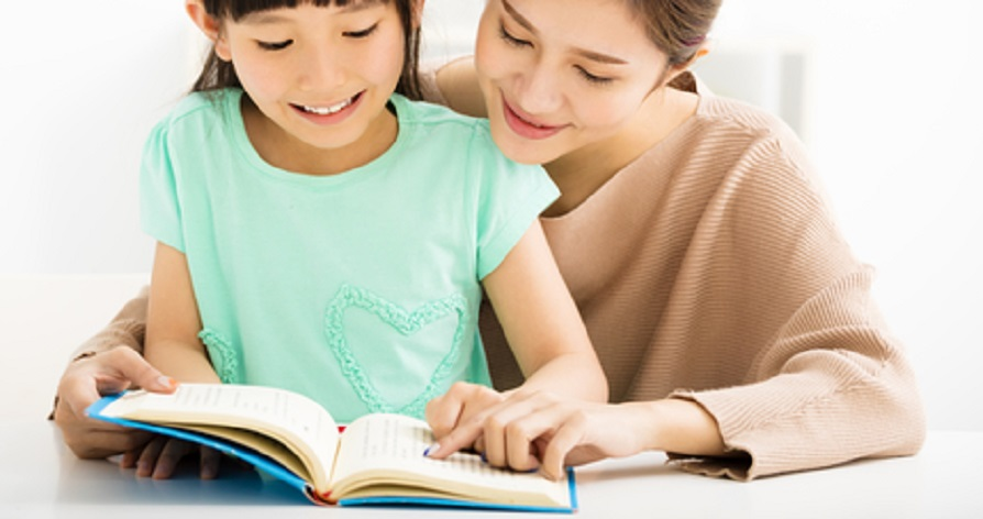 Minat baca anak dapat diasah jika Ayah dan Bunda mau menjadi panutan yang baik