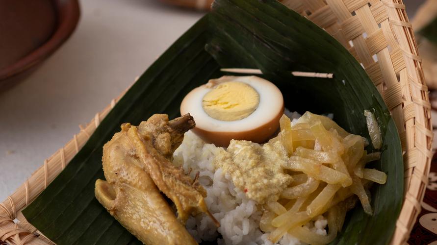 Resep nasi liwet Solo dibuat dengan campuran santan