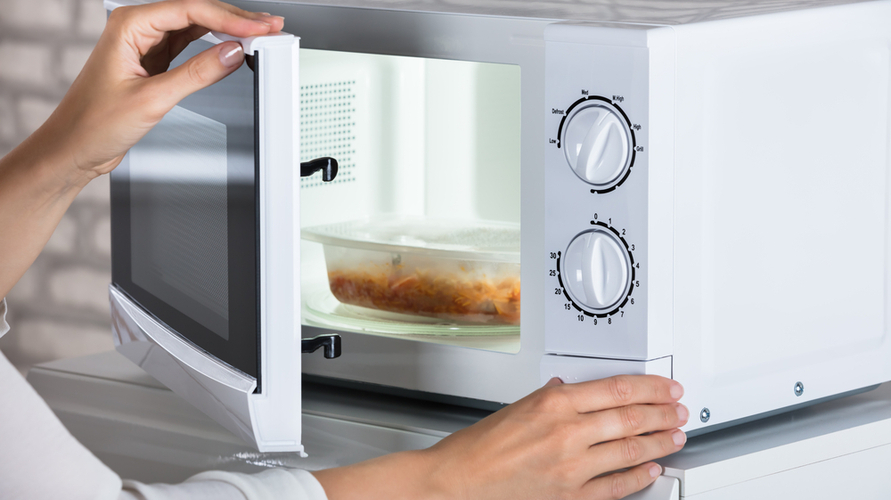 menghangatkan makanan menggunakan microwave