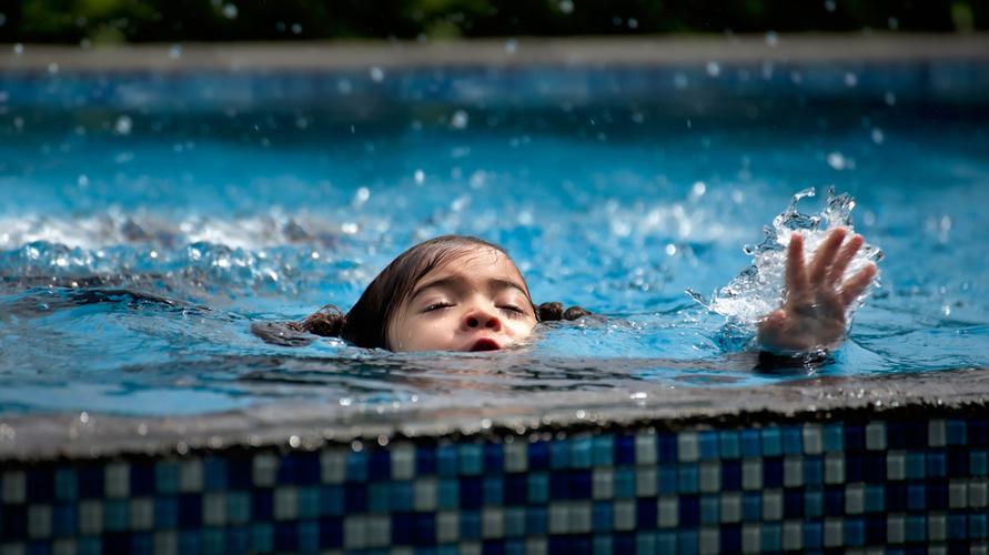 Salah satu pertolongan pertama pada orang tenggelam adalah pernapasan buatan