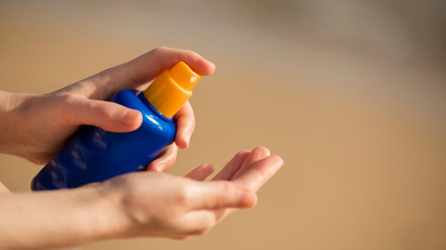 Cara reapply sunscreen dengan sunscreen spray