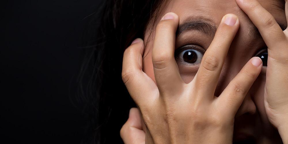 perempuan menutup muka