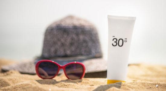Cara menghilangkan kerutan di bawah mata adalah selalu menggunakan tabir surya dan alat pelindung mata