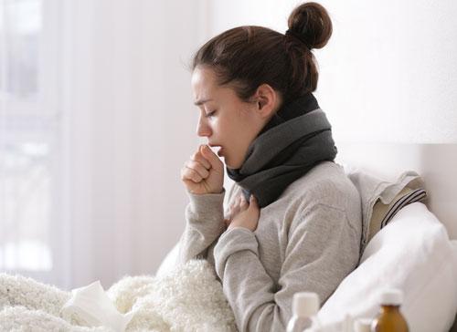 seorang wanita batuk