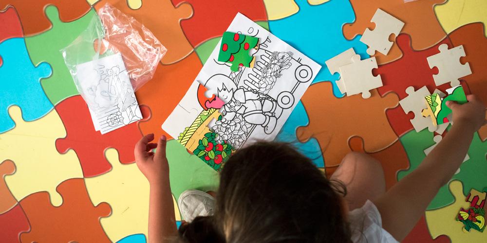 gambar anak bermain puzzle