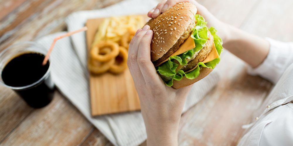 Makanan cepat saji mengandung lemak tinggi sehingga sulit dicerna usus