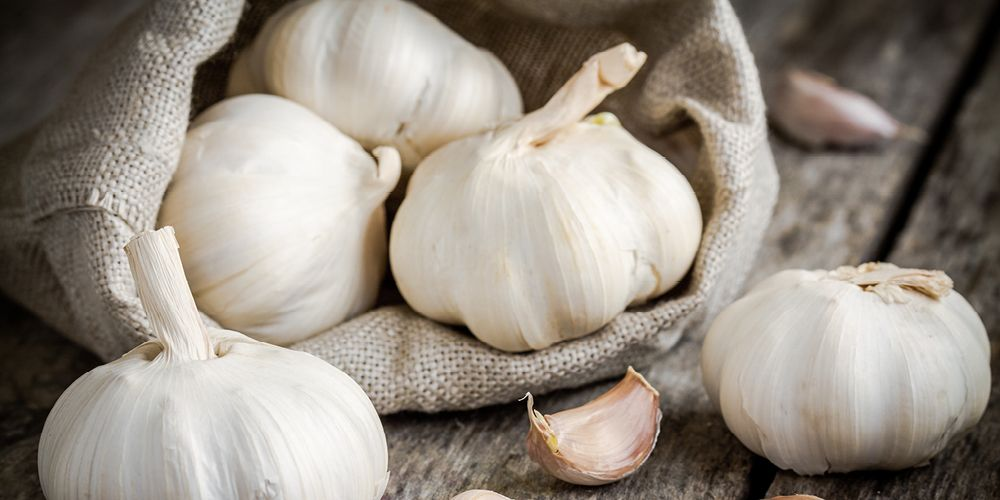 Bawang putih memiliki kandungan antiradang yang dapat membantu meredakan nyeri sendi