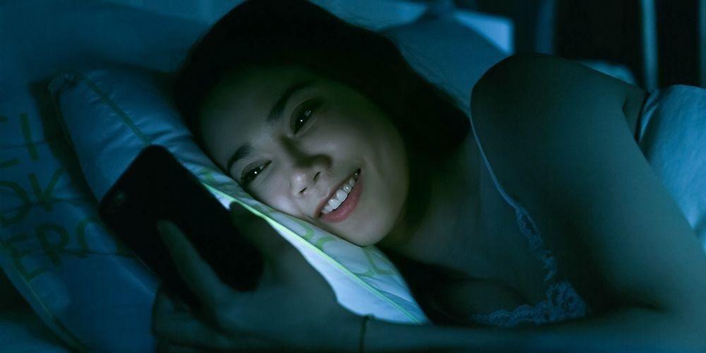 Cara mengatasi susah tidur salah satunya jangan main gadget sebelum tidur