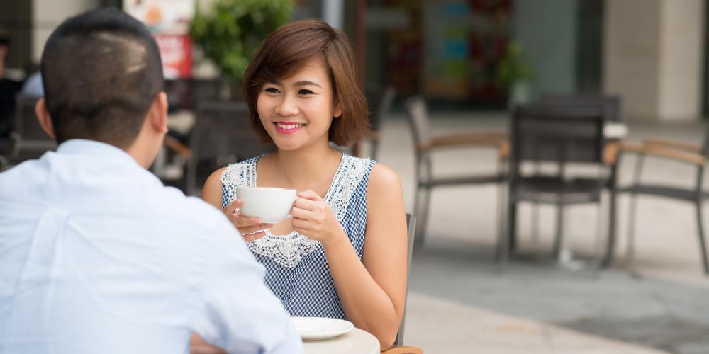 perempuan sedang bicara dengan pasangannya