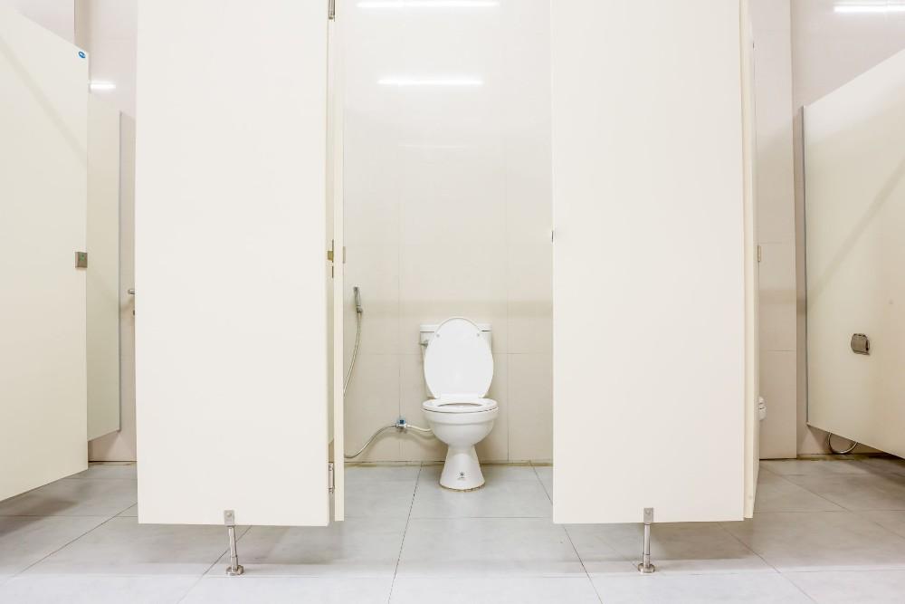 Cobalah cari toilet umum yang setidaknya bersih di mata Anda