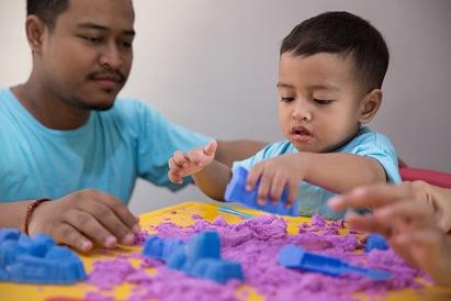 Orangtua perlu mendampingi saat anak bermain dengan mainannya