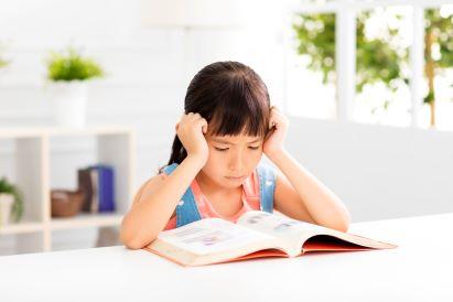anak diskalkulia mencoba konsentrasi belajar