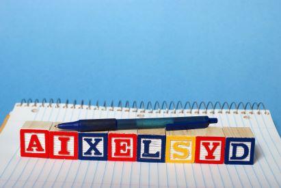 Bantuan belajar seperti menelusuri bentuk huruf dapat membantu anak disleksia
