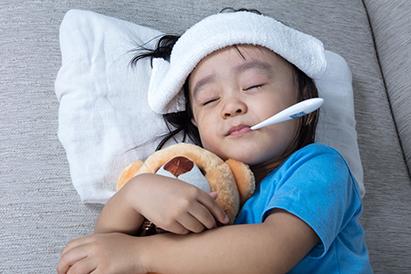 Segera periksakan ke dokter jika muncul bercak merah disertai demam pada anak