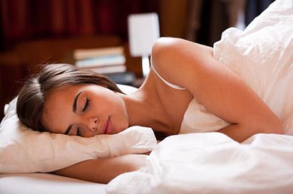 Tidur menyamping dapat menekan kulit dan memicu kerutan