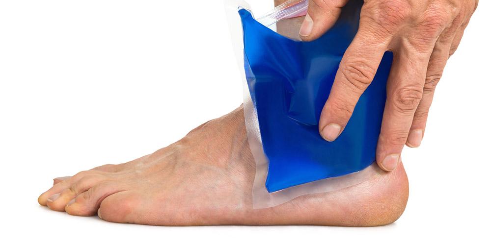 Mengompres dingin bisa menjadi pertolongan pertama cedera olahraga ringan sebelum berkunjung ke spesialis