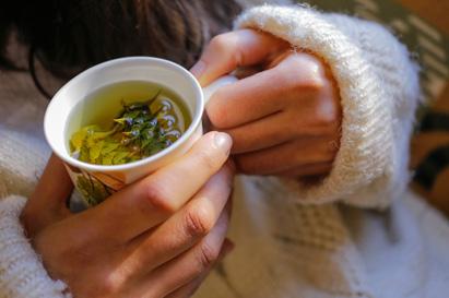 Teh hijau mengandung kafein yang dapat menambah energi