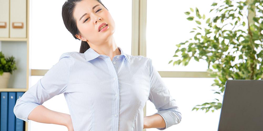 Pada orang dewasa, skoliosis menyebabkan nyeri punggung