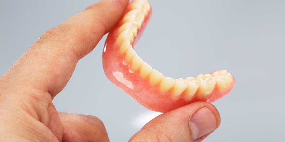 Gigi tiruan lepasan bisa menjadi pilihan untuk gigi ompong