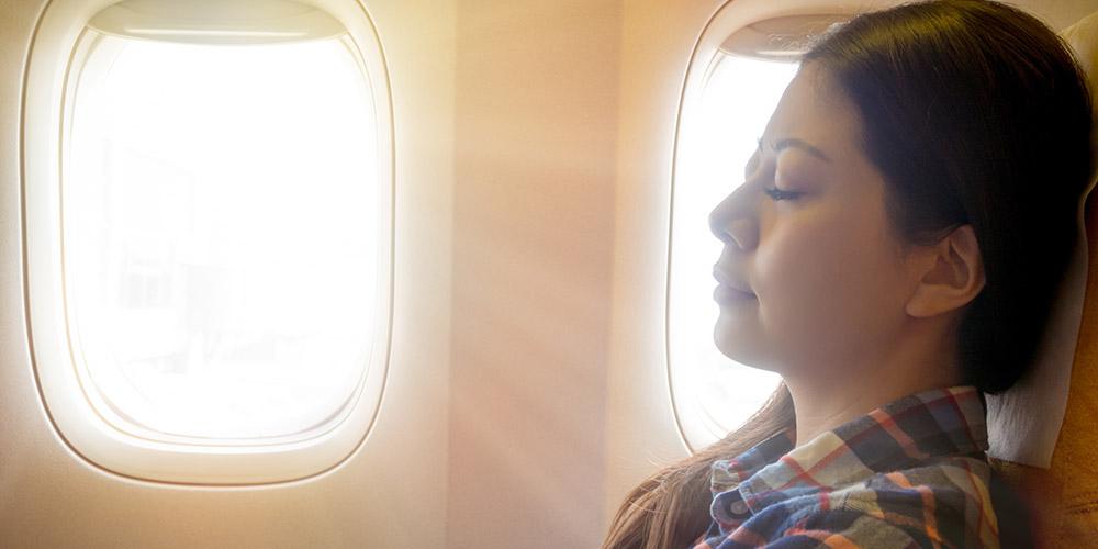 Memilih kursi pesawat dekat jendela dapat mengurangi kemungkinan sakit