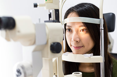 Jika kondisinya tidak parah, pemakaian kacamata dapat mengatasi mata katarak