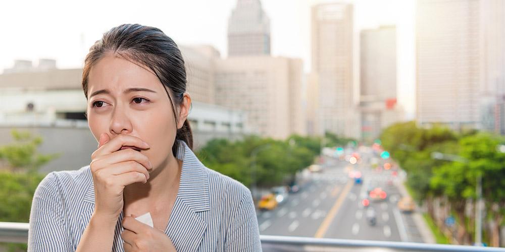 Batuk kering atau batuk berdahak kuning merupakan ciri dari paru-paru basah