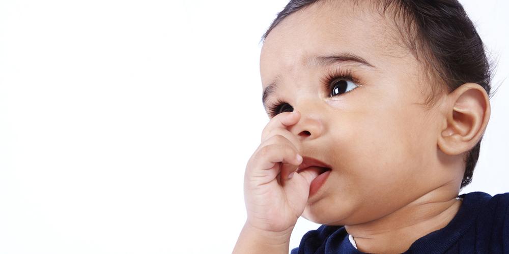 Bayi mengisap jempol merupakan perkembangan aspek kognitif di usia 0-2 tahun