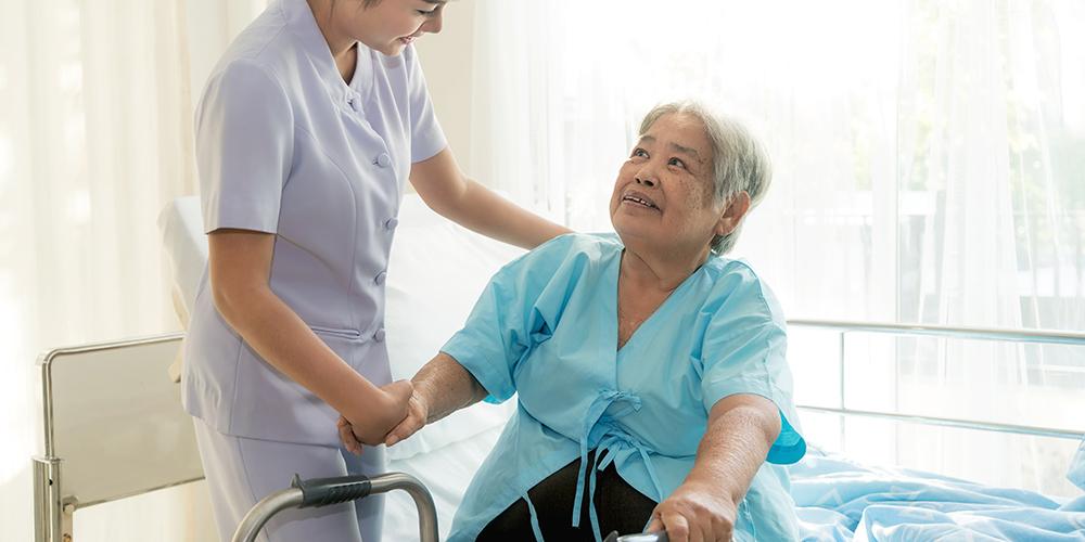 Seorang perawat sedang membantu pasiennya
