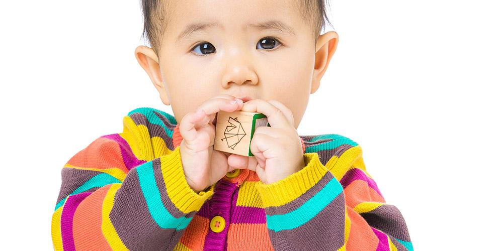Sariawan pada bayi bisa disebabkan karena mainan yang masuk ke mulut