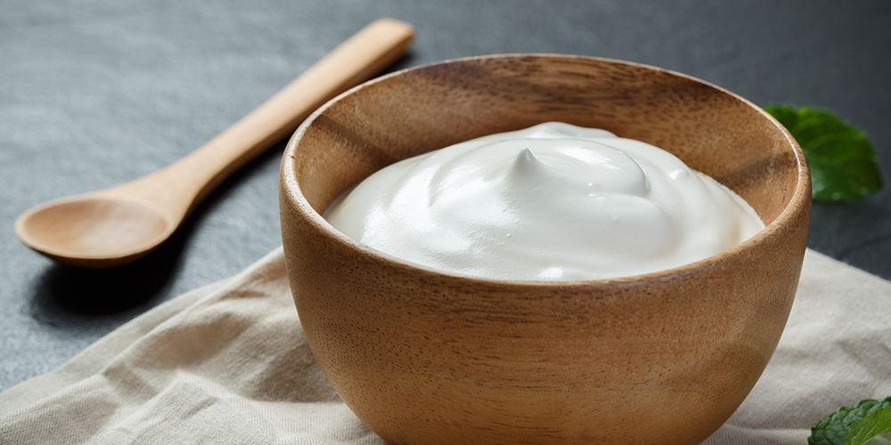Greek yogurt mengandung lemak utuh untuk menghasilkan kue yang lembut.