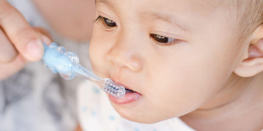 mengajari anak mengyikat gigi