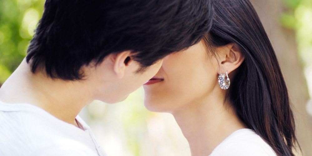 Cara berciuman yang romantis adalah mengekspresikan perasaan Anda menggunakan bahasa tubuh