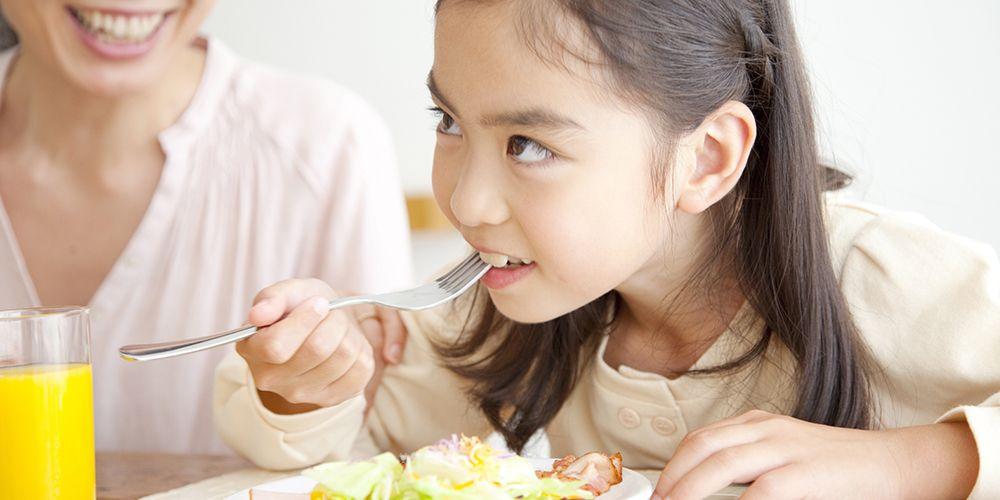 Mengonsumsi sayur dan buah seperti wortel, citrus, berry, dan sayuran hijau dapat menyehatkan mata anak