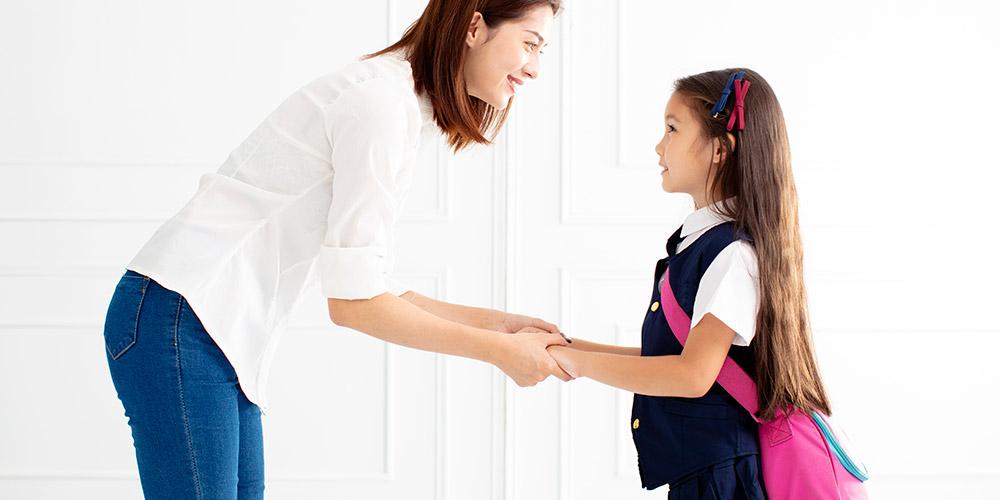 ibu melepas anak pergi sekolah