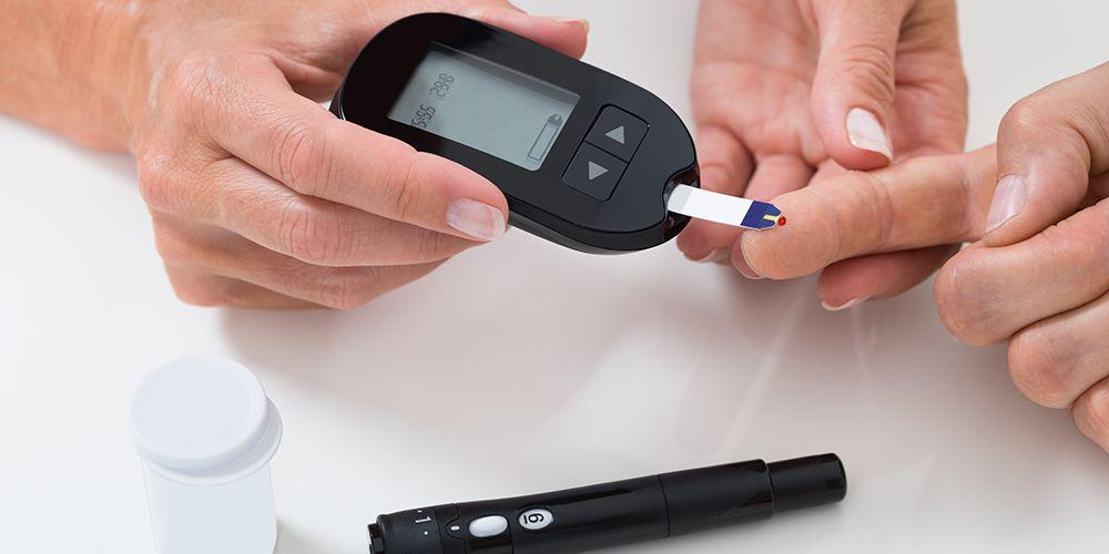 Alat ukur kadar gula darah berkaitan dengan manfaat daun tin untuk kesehatan