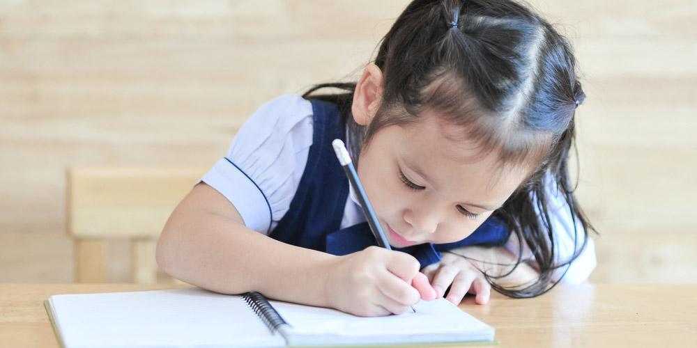 Perkembangan balita 4 tahun ditandai dengan bisa menulis huruf kapital